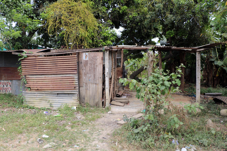 Una casa hondureña típica hecha a menudo de hojas de metal o de madera.