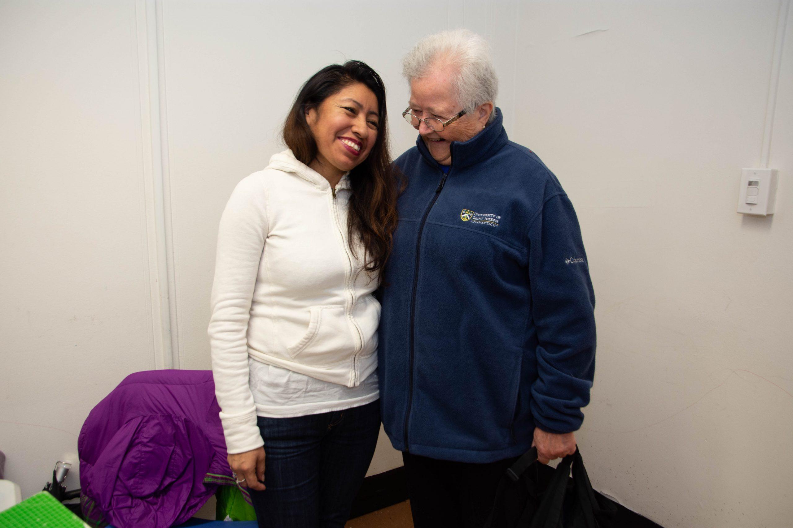 Compartiendo una sonrisa con una alumna. En su perfil de la Mesa Directiva del CREA, la Hermana Suzanne, de 82 años, llama a su ministerio con la población de East Harlem «la más preciosa parte de su vida». También señala que sus pasiones no solo incluyen la inmigración, el cambio climático y el racismo, sino también «cualquier espacio en el que haya injusticia, odio y devastación, cualquier espacio en el que las familias no puedan vivir su vida». En 2018, la Hermana organizó un evento de recaudación de fondos con motivo de sus 80 años y está muy agradecida con el apoyo financiero proporcionado al CREA por el Fondo del Ministerio de Noreste de las Hermanas de la Misericordia. (Foto de Catherine Walsh)
