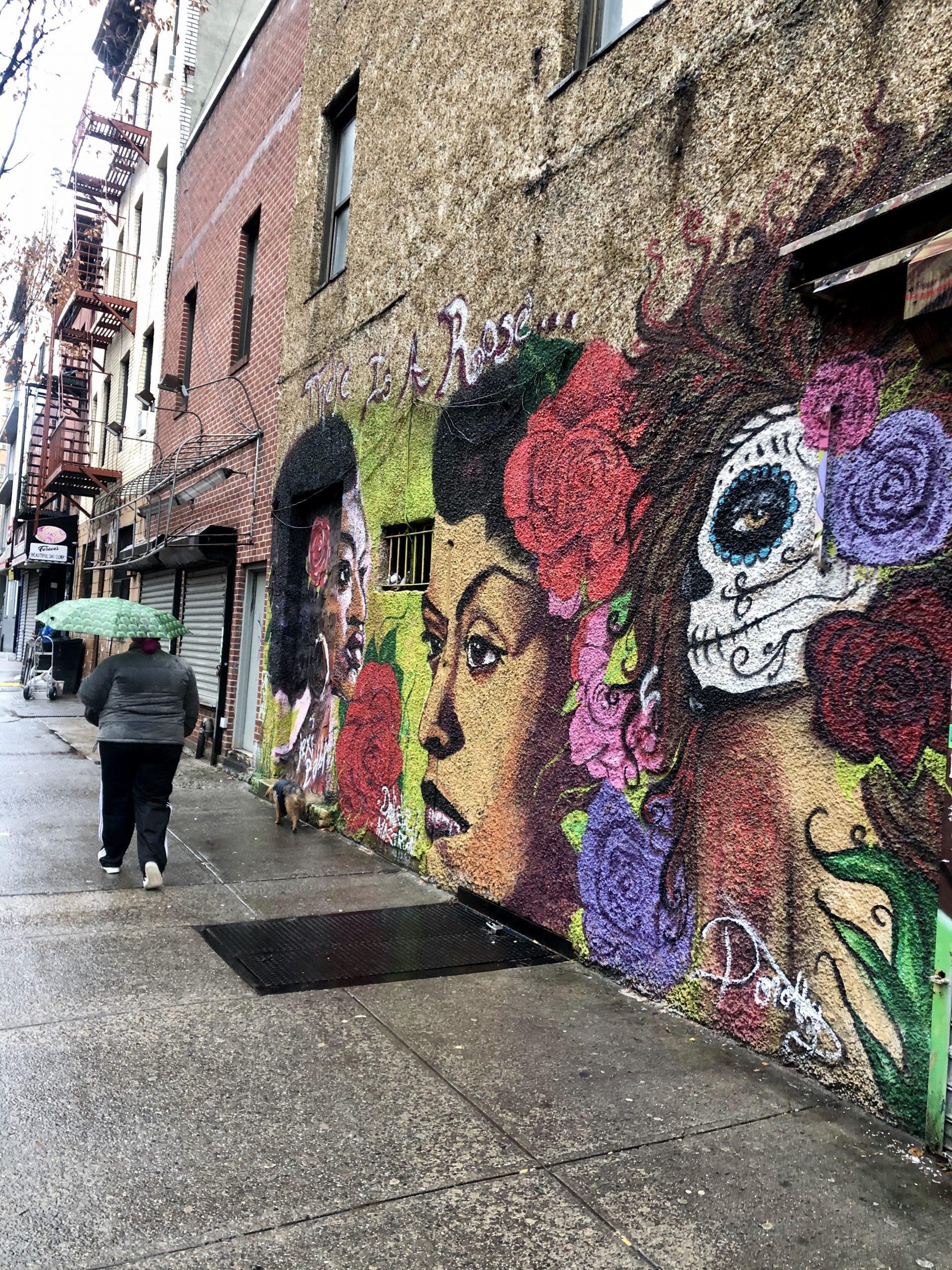 East Harlem, también conocido como el Harlem Hispano o El Barrio, no solo es uno de los vecindarios más pobres de Manhattan, sino también la zona más afectada por la pandemia. Muchas familias extensas viven y comparten pequeños departamentos en los cuales el virus se propaga rápidamente y muchos adultos han perdido sus mal pagados trabajos en el sector de servicios. «La gente ha respondido a las necesidades de sus familias con fuerza y valentía –dice la Hermana Suzanne–. Pero resulta difícil porque, debido al cierre, ya no pueden trabajar como mucamas, empleadas de servicio, o cocineros en los restaurantes». (Foto de Catherine Walsh)