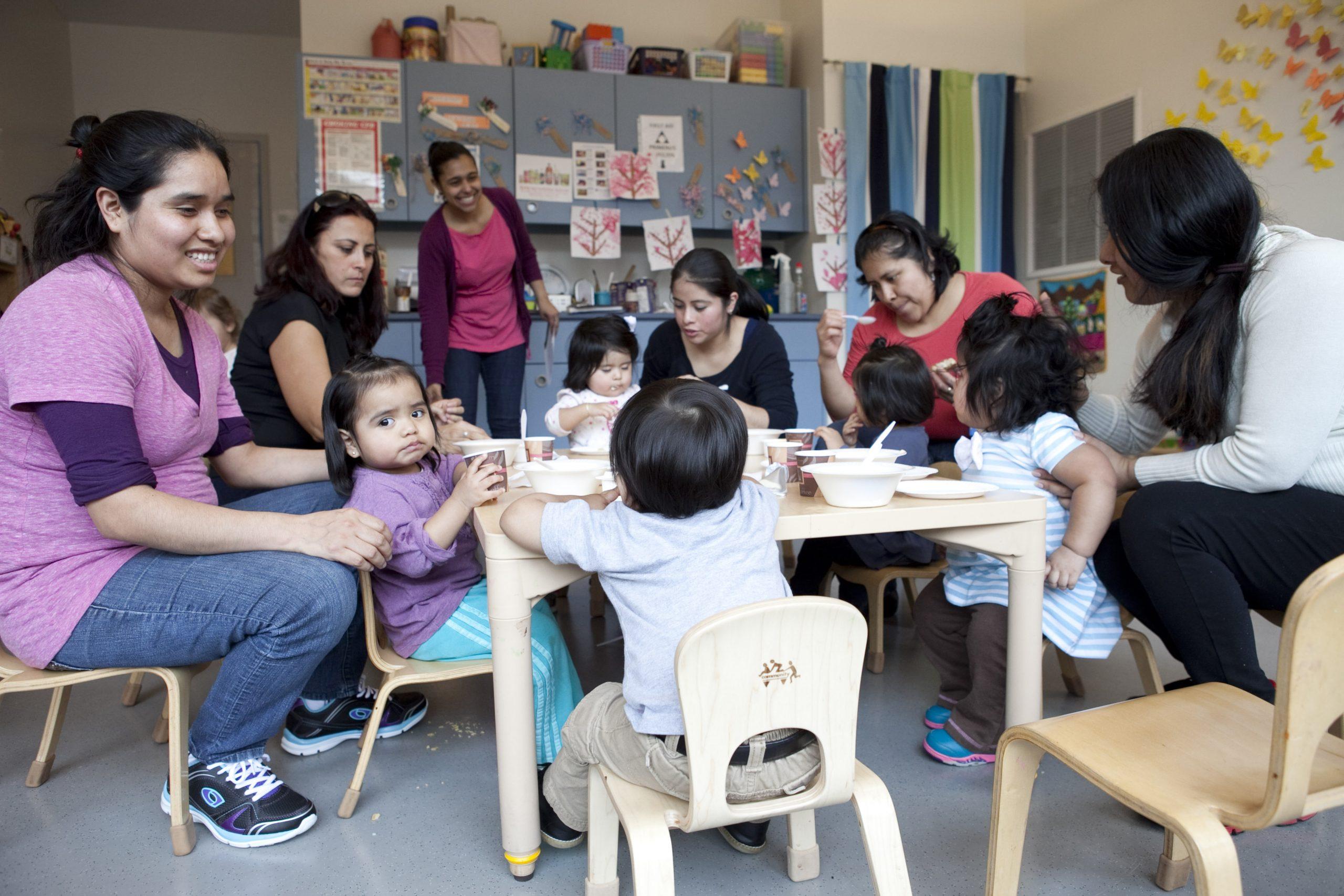 """Los desayunos en la sede del Servicio de Salud para Familias de LSA es una de las actividades que más extrañan las familias durante este cierre debido a la pandemia. Lo que ha impresionado siempre a la Hermana Suzanne, antes de la pandemia y ahora, es """"la fuerza y la valentía con las que las familias enfrentan tantos retos"""", incluso la falta de alimentos, la precariedad en la vivienda y el miedo a los agentes de inmigración. La Hermana señala que la misión de LSA llega a alcanzar anualmente cerca de diez mil personas con servicios tales como mercados, tiendas de segunda mano, ayuda legal y un programa ambiental que les ayuda a adaptar hogares más seguros para los niños de East Harlem, en donde prevalece un alto índice de infecciones respiratorias y asma. (Foto de LSA)"""