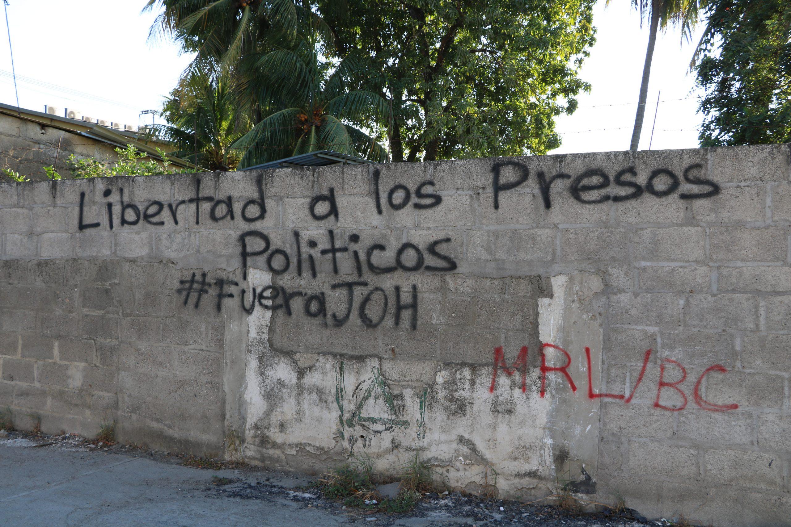 "Graffiti in Tegucigalpa, Honduras that says ""freedom for political prisoners, get rid of JOH (Juan Orlando Hernández)."
