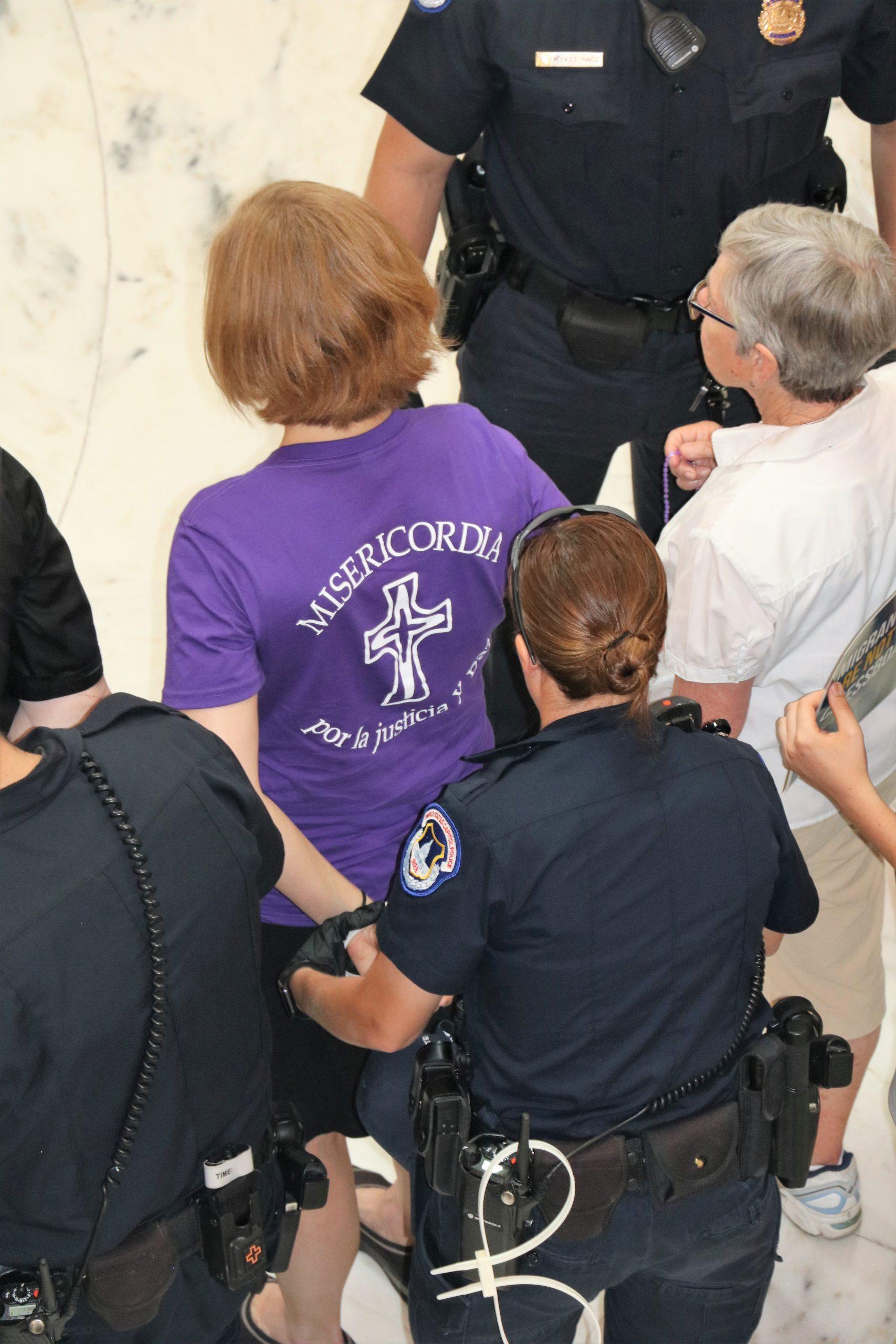 La autora, Julie Bourbon, detenida el Día de Acción Católica.