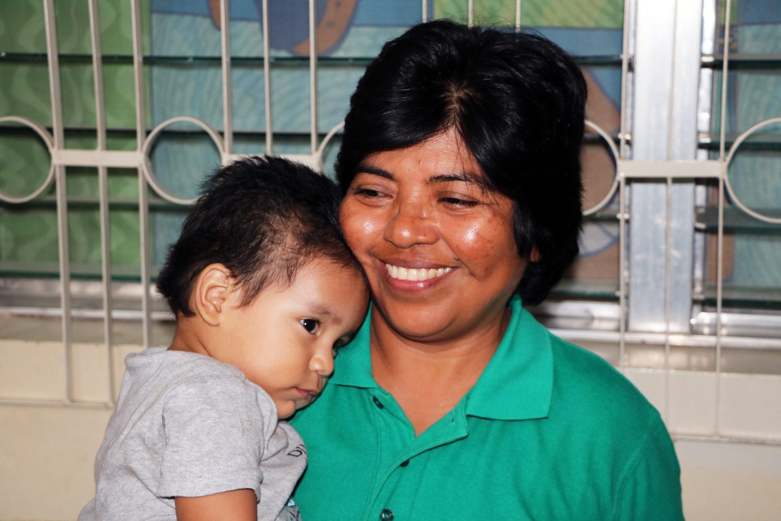Hermana Sandra Hernández sostiene a uno de los niños que llaman hogar a Casa Corazón.